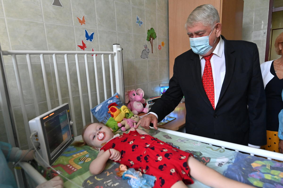 Kásler Miklós, az emberi erőforrások minisztere a két és fél éves Annával, aki Magyarországon elsőként kapott államilag támogatott SMA-kezelést a budapesti Bethesda Gyermekkórházban 2021. július 16-án.