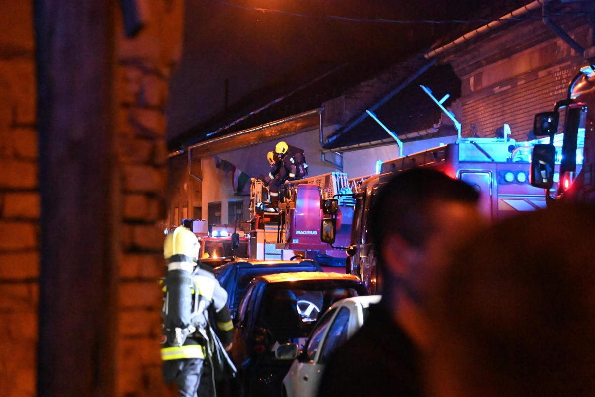 Tűzoltók a főváros VIII. kerületében, a Koszorú utcában, ahol tűz keletkezett egy munkászállóként működő épület második emeletén 2021. július 18-án hajnalban.