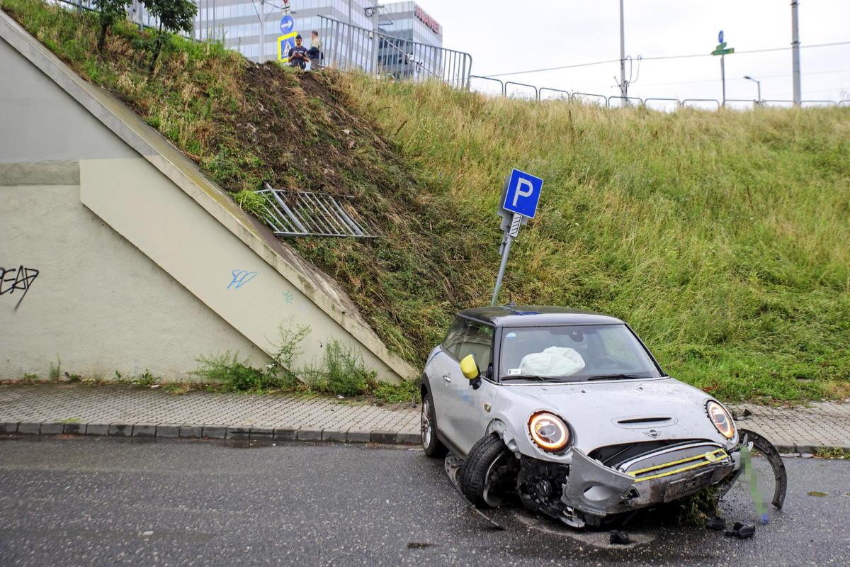 Egy közösségi autómegosztó összetört járműve Budapest XIII. kerületében az Árpád hídnál 2021. július 25-én.