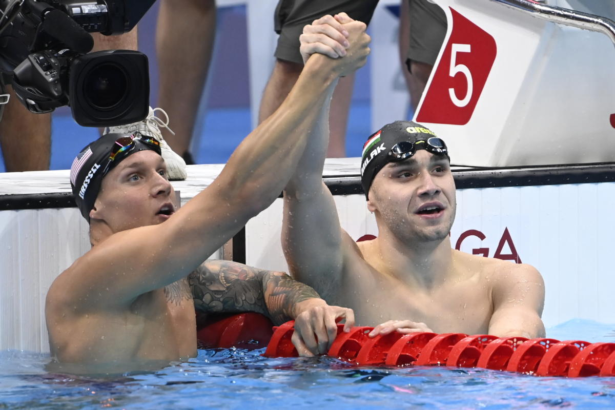 A győztes amerikai Caeleb Dressel (b) és a második helyezett Milák Kristóf a célban a 100 méteres pillangóúszás döntőjében.