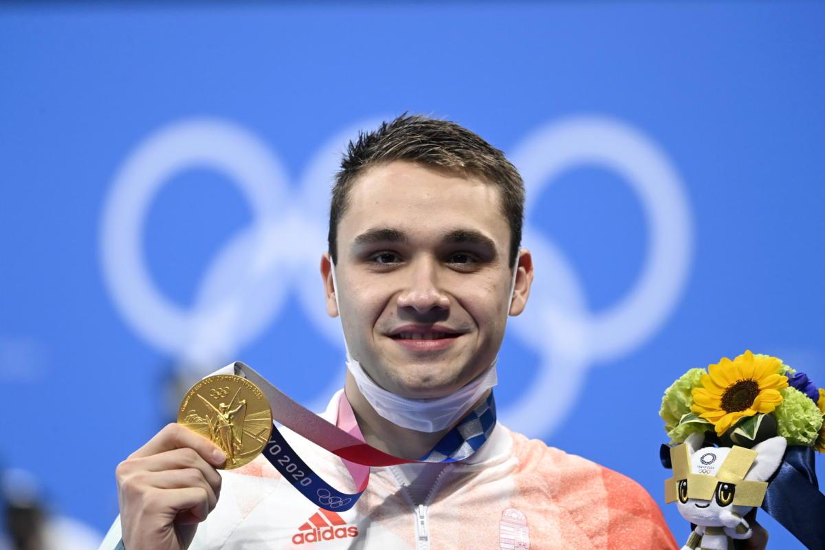 Az aranyérmes Milák Kristóf a férfi 200 méteres pillangóúszás eredményhirdetésén a tokiói nyári olimpián a Tokiói Vizesközpontban 2021. július 28-án.