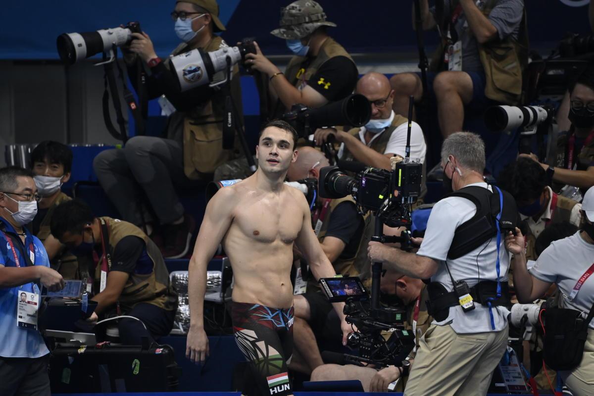 A győztes Milák Kristóf a férfi 200 méteres pillangóúszás döntője után a tokiói nyári olimpián a Tokiói Vizesközpontban 2021. július 28-án.