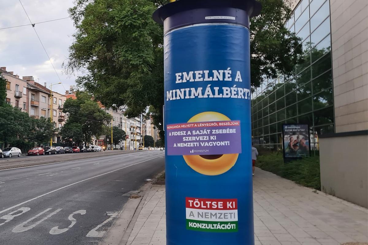 Átragasztotta a Momentum a kormány egybites emojis plakátjait