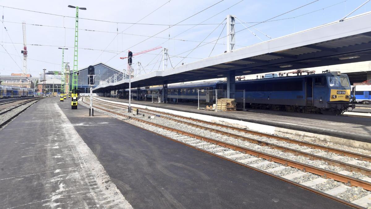 Újraaszfaltozott peronok a Nyugati pályaudvaron 2021. július 18-án.