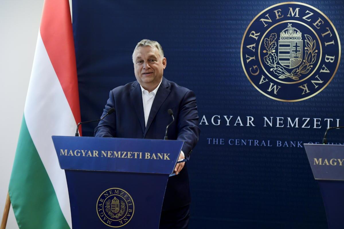 Orbán Viktor miniszterelnök sajtótájékoztatót tart Matolcsy Györggyel, a Magyar Nemzeti Bank (MNB) elnökével, miután a jegybankelnök társaságában megtekintette az MNB által őrzött aranytartalékot Budapesten, az MNB logisztika központjában 2021. július 6-án.