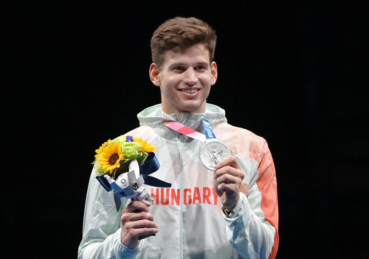 Az ezüstérmes Siklósi Gergely a férfi párbajtőrözők egyéni versenyének eredményhirdetésén a tokiói nyári olimpián a Makuhari Rendezvényközpontban 2021. július 25-én.