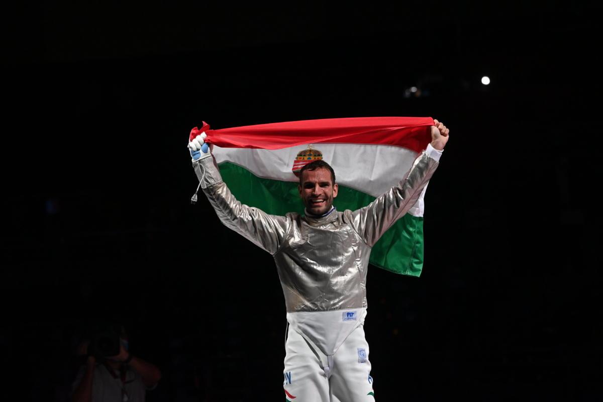 Szilágyi Áron ismét megvédte olimpiai bajnoki címét a férfi kardozók egyéni versenyének döntőjében a tokiói nyári olimpián a Makuhari Rendezvényközpontban 2021. július 24-én.