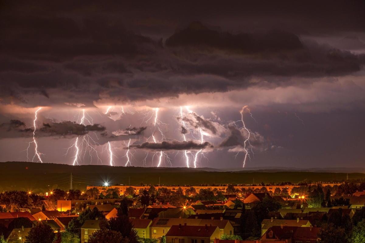 Hosszú expozíciós idővel, számítógépes programmal több felvételből összeállított felvételen villámlások Nagykanizsánál 2021. július 31-én.