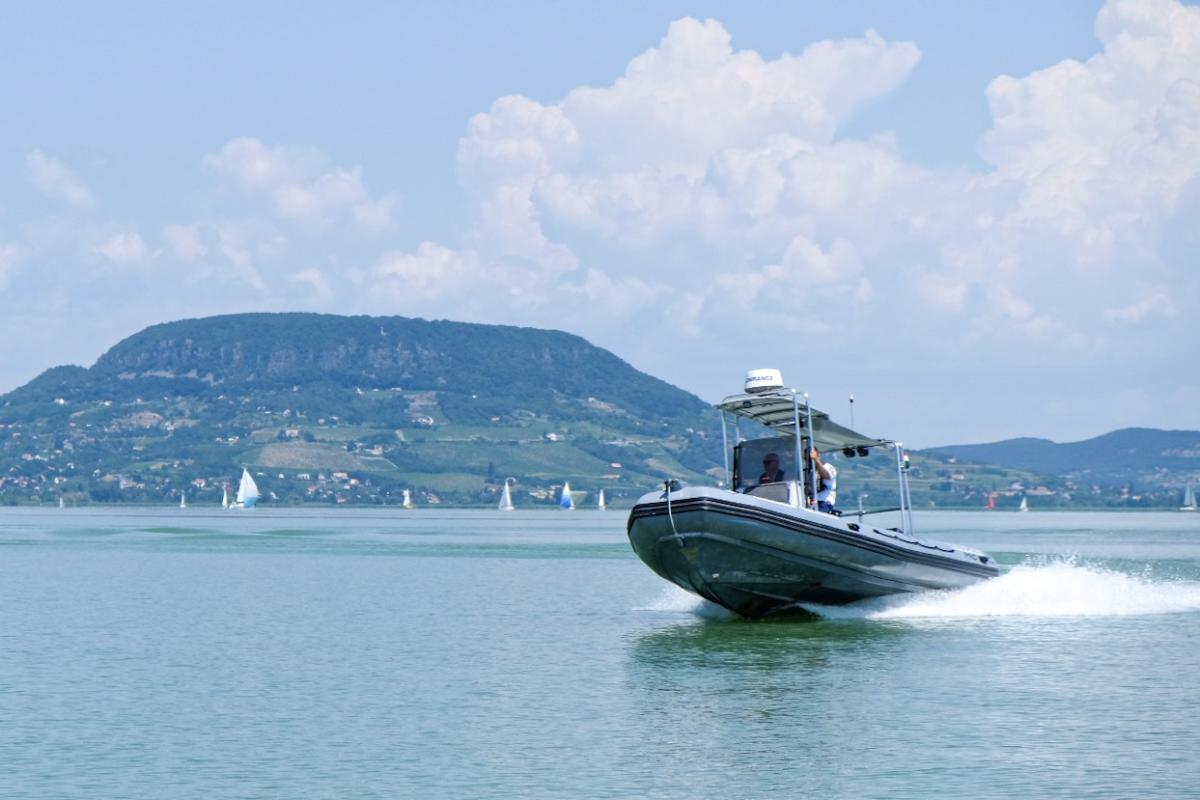 Hat embert kellett kimentenie a Balatonból szombaton a vízirendőröknek