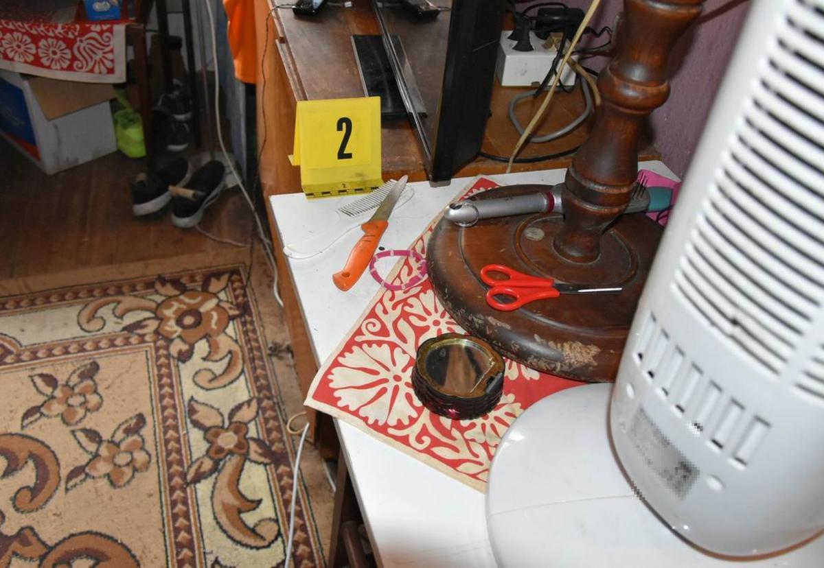 Az eset helyszínén készült fotó, az asztalon a testvérvitában előkerült kés.