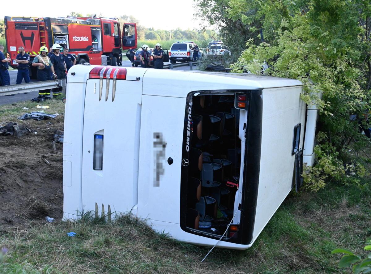 Tűzoltók az M7-es autópálya mellett Szabadbattyán közelében, ahol árokba borult egy autóbusz 2021. augusztus 15-én hajnalban.