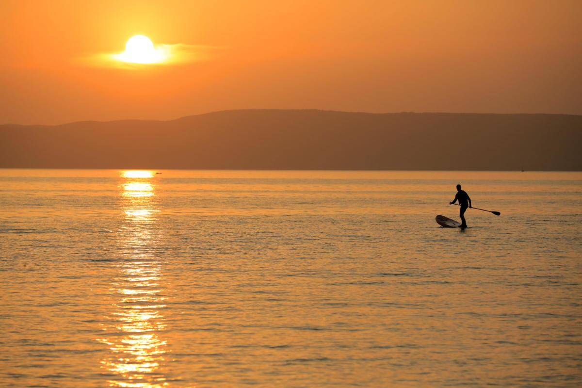 Állószörfös (stand up paddle, SUP) a Balatonban a bélatelepi szabadstrandon, Fonyódon 2021. július 27-én.