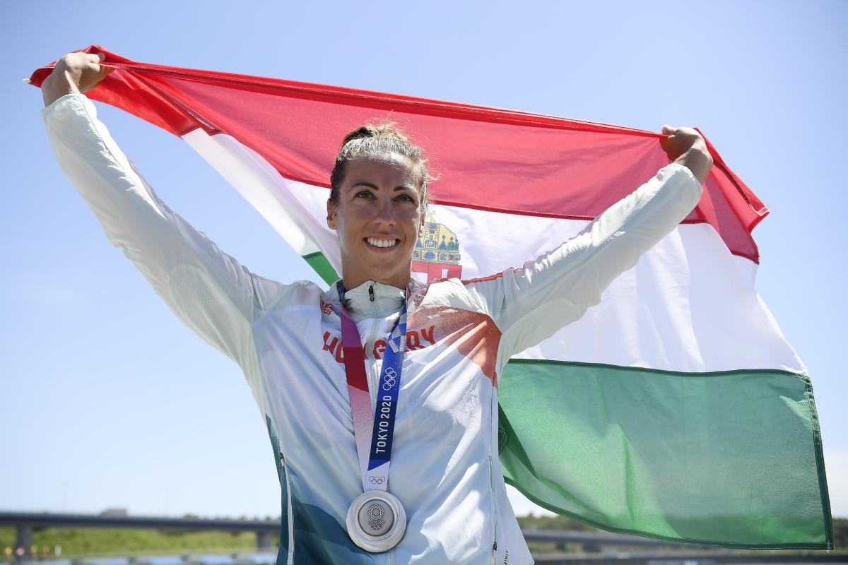 Az ezüstérmes Csipes Tamara a női kajak egyesek 500 méteres versenyének eredményhirdetésén a tokiói nyári olimpián a Sea Forest Kajak-kenu Pályán 2021. augusztus 5-én.