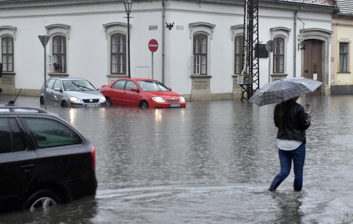 Gyalogos a felhőszakadás miatt felgyülemlett esővízben Esztergom belvárosában 2021. augusztus 5-én.