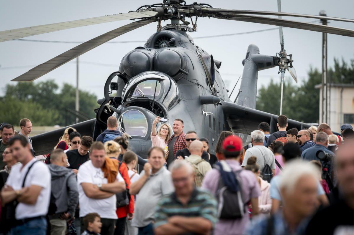Látogatók a kecskeméti nemzetközi repülőnap és haditechnikai bemutató első napján az MH 59. Szentgyörgyi Dezső repülőbázison 2021. augusztus 28-án.