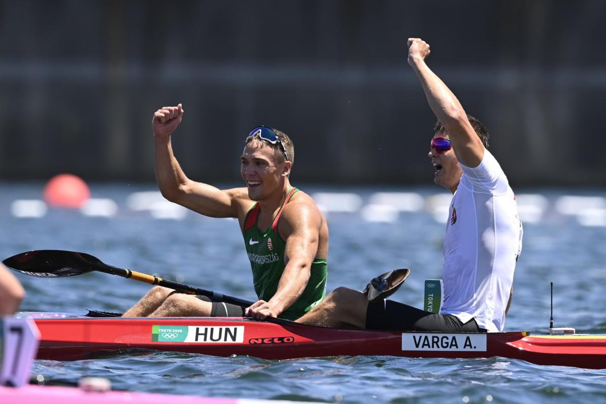 Az aranyérmes Kopasz Bálint (b) és az ezüstérmes Varga Ádám (j) a férfi kajak egyesek 1000 méteres versenyének döntőjének végén a tokiói nyári olimpián a Sea Forest Kajak-kenu Pályán 2021. augusztus 3-án.