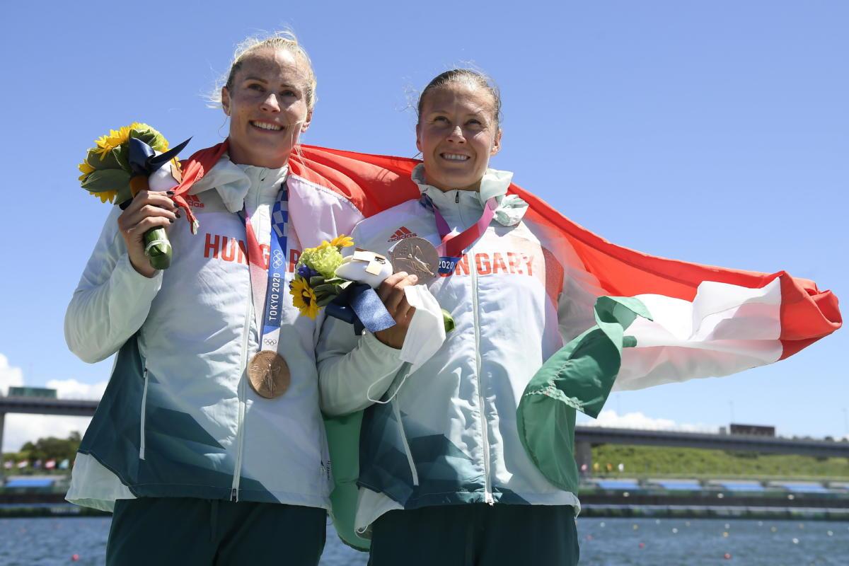 A bronzérmes Bodonyi Dóra (b) és Kozák Danuta a női kajak párosok 500 méteres versenyének eredményhirdetésén a tokiói nyári olimpián a Sea Forest Kajak-kenu Pályán 2021. augusztus 3-án.