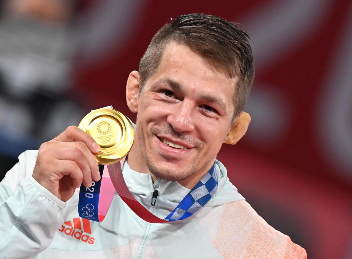 Az aranyérmes Lőrincz Tamás a férfi kötöttfogású birkózók 77 kilogrammos kategóriájának eredményhirdetésén a tokiói nyári olimpián a Makuhari Rendezvényközpontban 2021. augusztus 3-án.