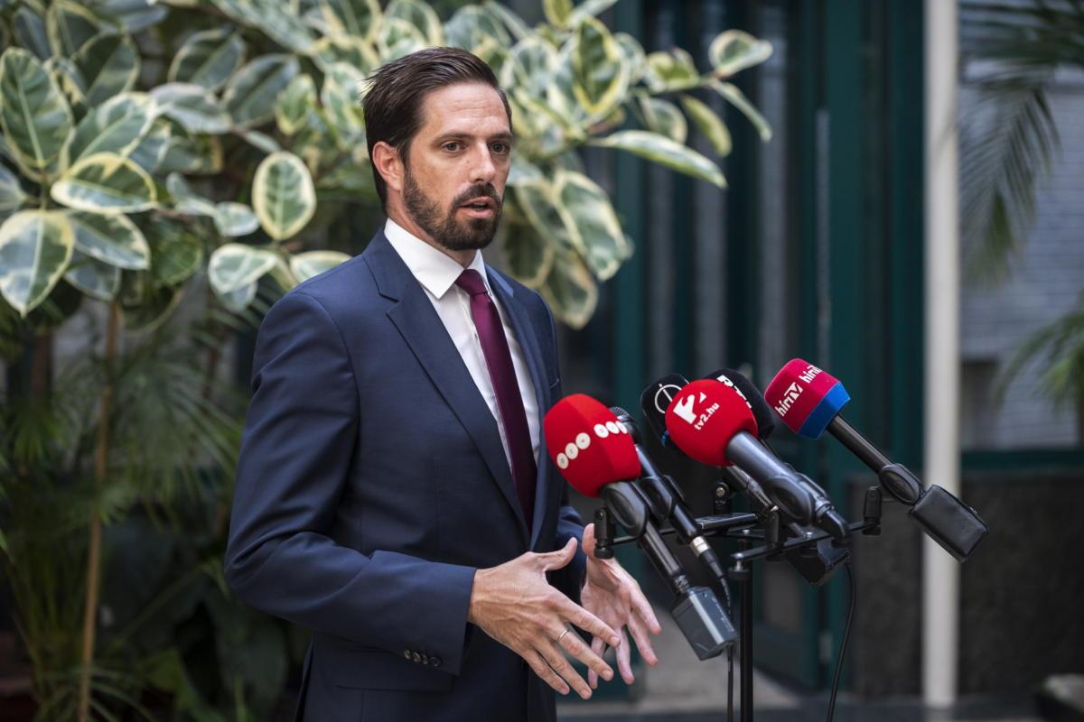 Magyar Levente, a Külgazdasági és Külügyminisztérium parlamenti államtitkára sajtótájékoztatót tart az afganisztáni fejleményekkel kapcsolatban Budapesten, a minisztérium épületében 2021. augusztus 22-én.