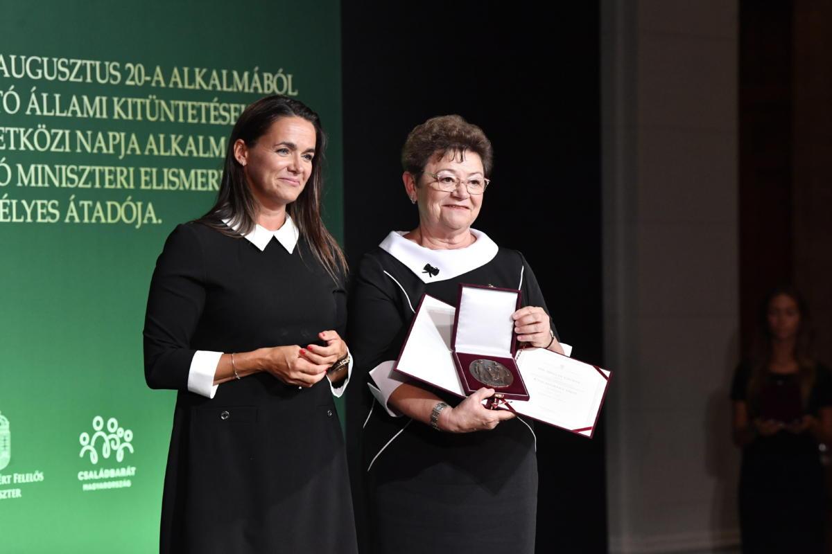 Novák Katalin családokért felelős tárca nélküli miniszter (b) a család nemzetközi napja alkalmából adományozható családokért díjat adta át Müller Cecília országos tisztifőorvosnak a Szépművészeti Múzeum Reneszánsz termében 2021. augusztus 23-án.