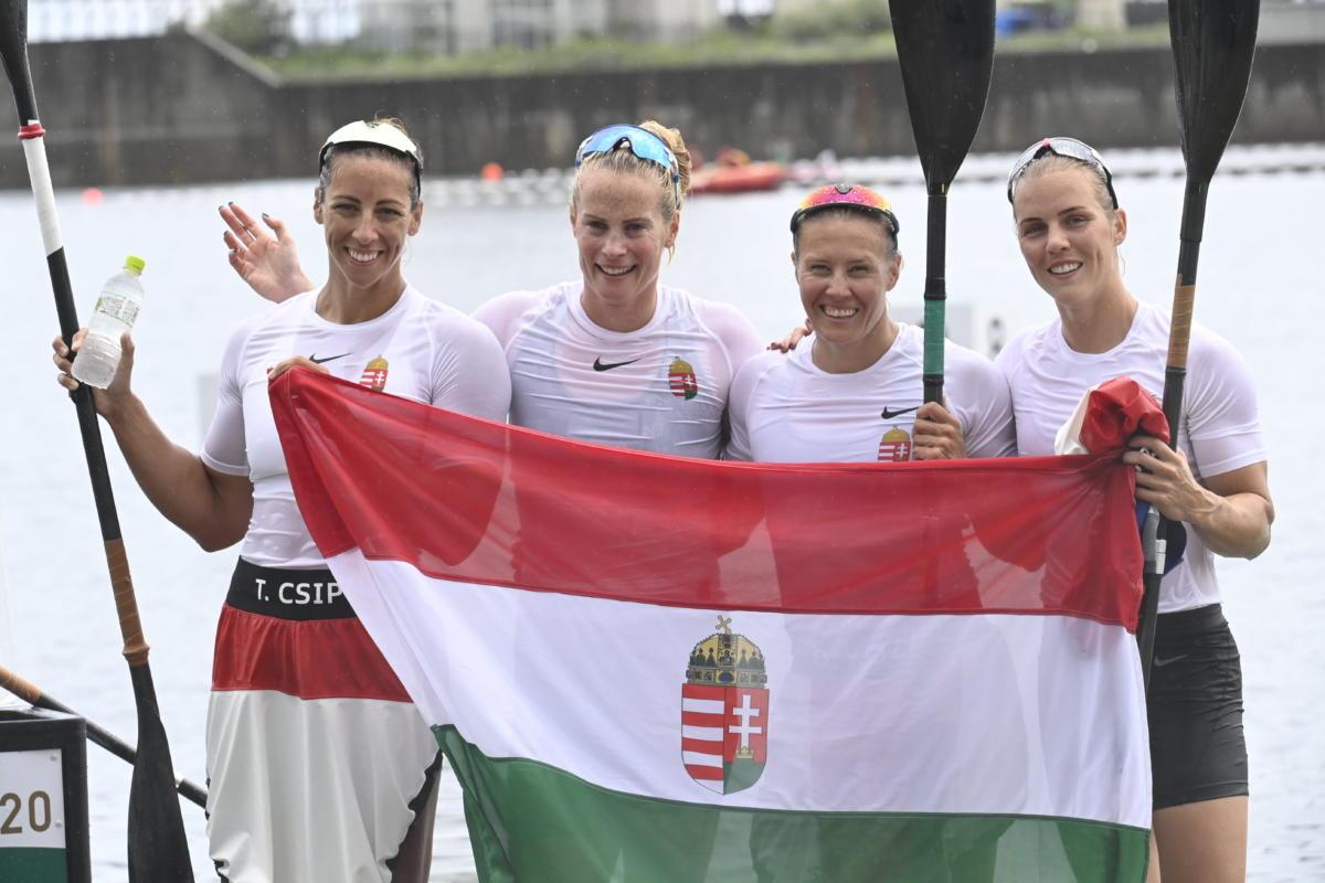Az aranyérmes Csipes Tamara, Bodonyi Dóra, Kozák Danuta és Kárász Anna (b-j) a női kajaknégyesek 500 méteres versenyének döntője után a tokiói nyári olimpián a Sea Forest Kajak-kenu Pályán 2021. augusztus 7-én.