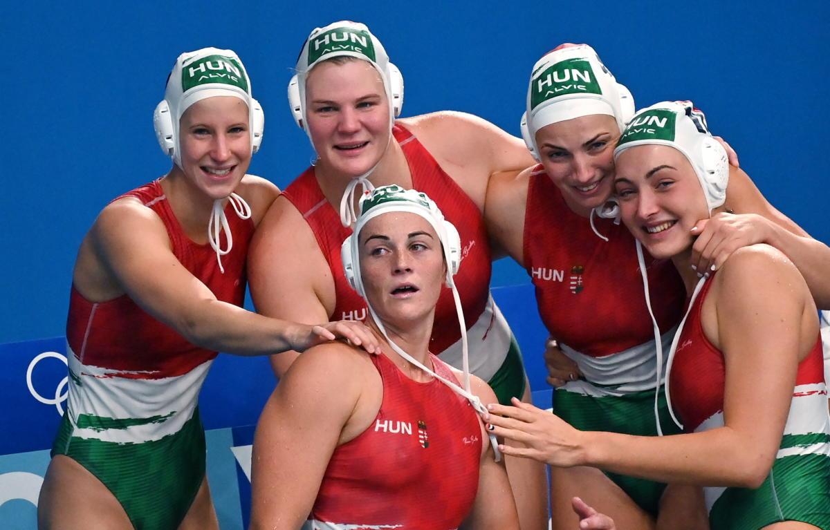 Vályi Vanda, Gyöngyössy Anikó, Gurisatti Gréta, Rybanska Natasa és Parkes Rebecca, a bronzérmes magyar csapat tagjai (b-j) ünneplik győzelmüket.