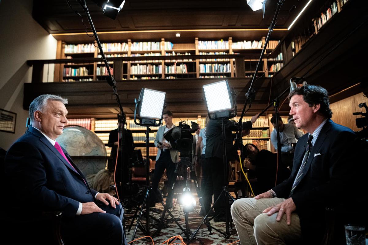"""Orbán az amerikai Fox News-on kritizálta az EU-t, kárörvendett Németországon és fenyegette meg a """"nemzetközi baloldalt"""""""