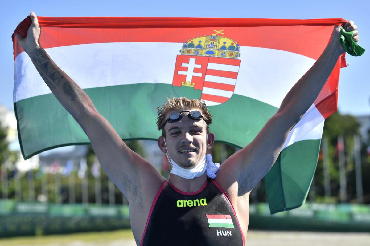A második helyezett Rasovszky Kristóf célba érkezés után a férfi nyíltvízi úszók 10 kilométeres versenyén a tokiói nyári olimpián az Odaiba Kikötőparkban 2021. augusztus 5-én.