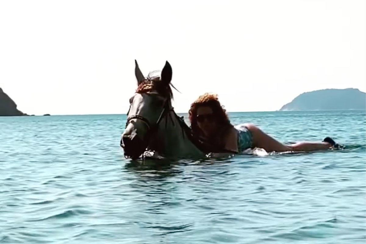 Tüttő Kata budapesti MSZP-s főpolgármester-helyettes kínlódik egy lovon.