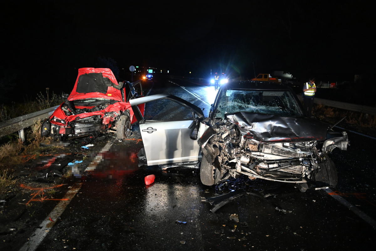Összeroncsolódott személygépkocsik Üllő térségében a 404-es úton, ahol a két gépjármű összeütközött 2021. augusztus 24-én.