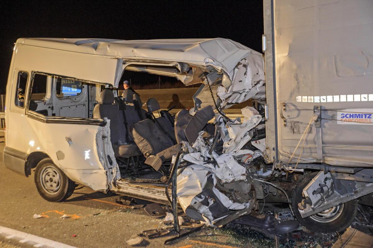 Ütközésben összeroncsolódott kisbusz az M4-es autóút 89-es kilométerénél, a Pest megyei Abony közelében 2021. szeptember 24-én.