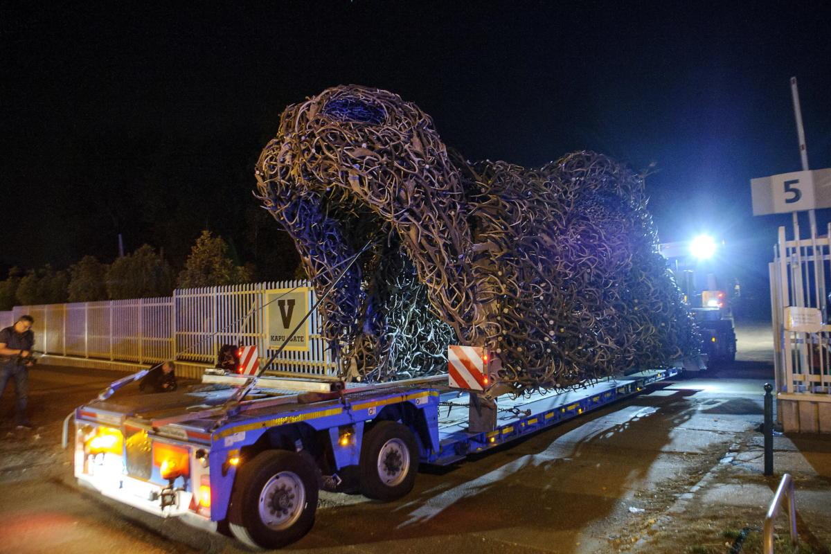 A Hungexpóra érkezik Szőke Gábor Miklós szobrászművész Totem nevű alkotása a művész csepeli műhelyéből 2021. szeptember 11-re virradóan.
