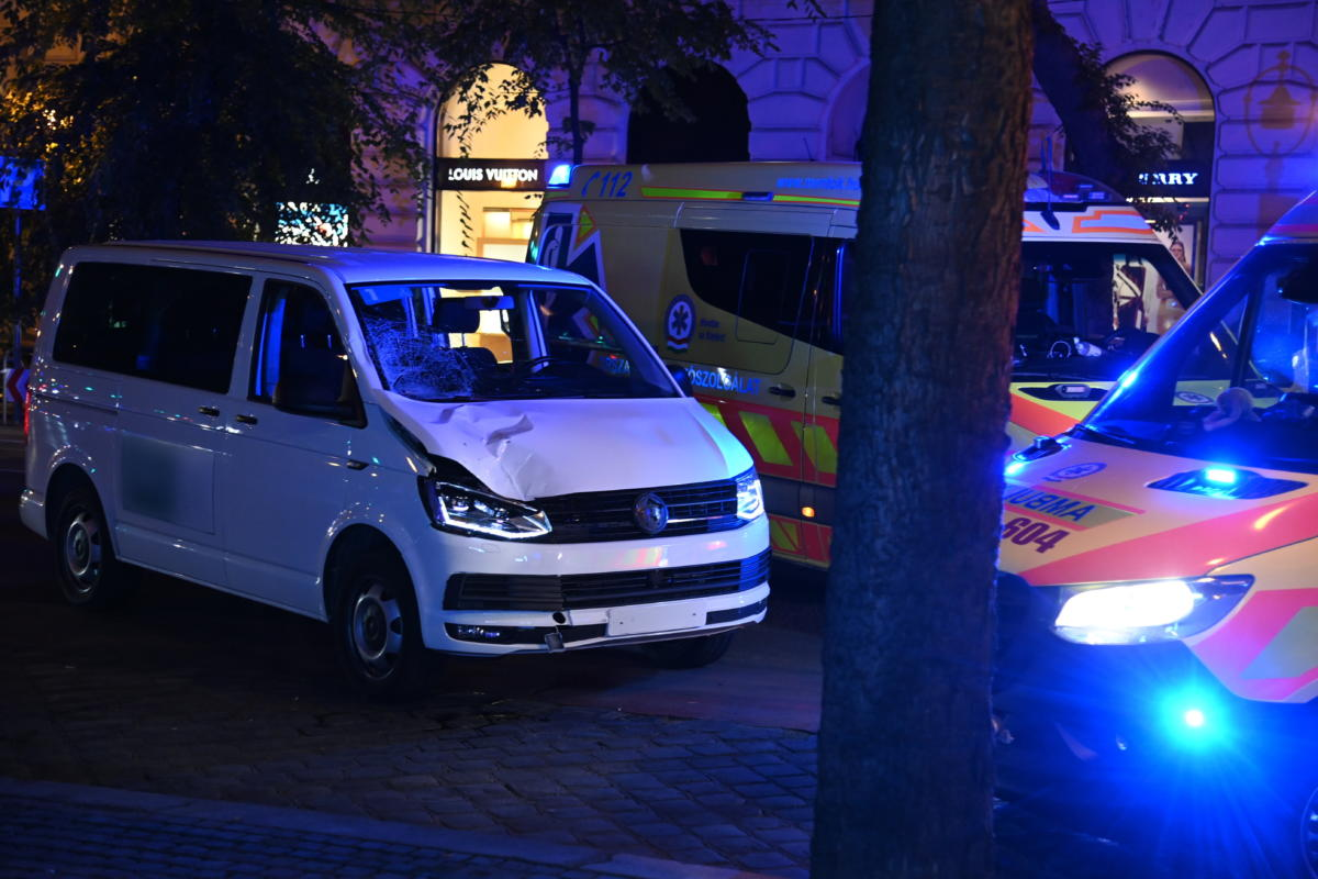 Sérült mikrobusz az Andrássy úton, miután halálra gázolt egy férfit 2021. szeptember 4-én késő este.