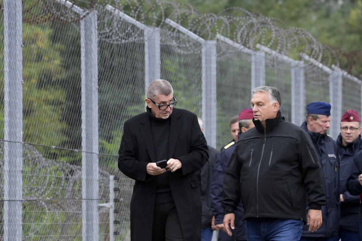 Orbán Viktor miniszterelnök (elöl, j) és Andrej Babis cseh kormányfő (b) határszemlén a magyar-szerb határnál, az ideiglenes biztonsági határzárnál 2021. szeptember 22-én.