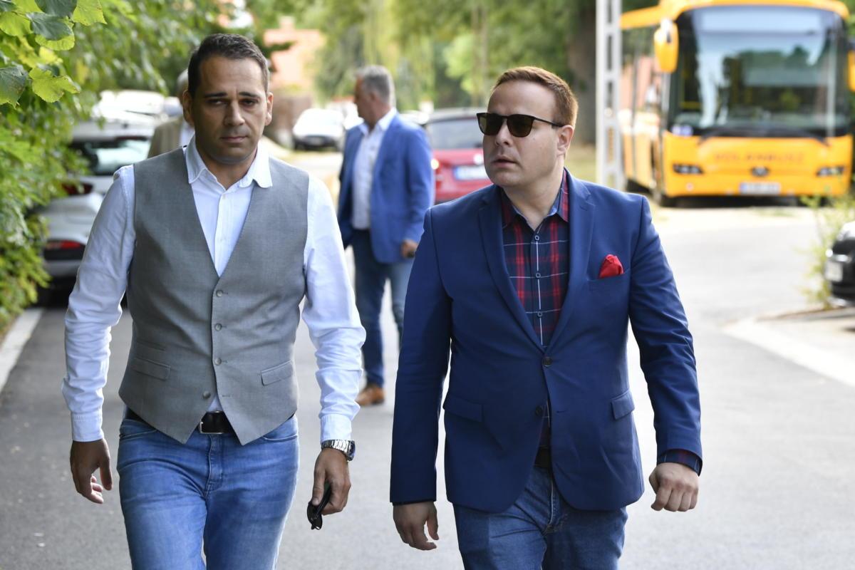 Bagi Iván humorista és menedzsere, Duhonyi József érkezik (b) a Polgári Magyarországért Alapítvány rendezvényére, a Polgári Piknikre a kötcsei Dobozy kúriához 2021. szeptember 4-én.