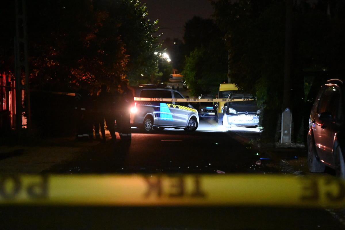 Rendőrök és a Terrorelhárítási Központ műveleti egységei dolgoznak 2021. szeptember 13-ra virradóan egy dunakeszi családi ház előtt, ahol lőfegyverrel lelőtte volt anyósát, párját és közös gyermeküket egy férfi, mindhárman életüket vesztették.