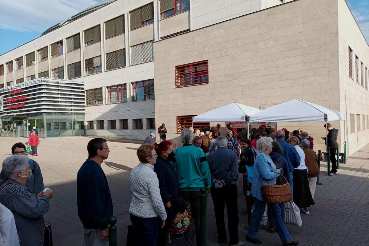 Szavazók az ellenzéki előválasztás egyik standjánál.