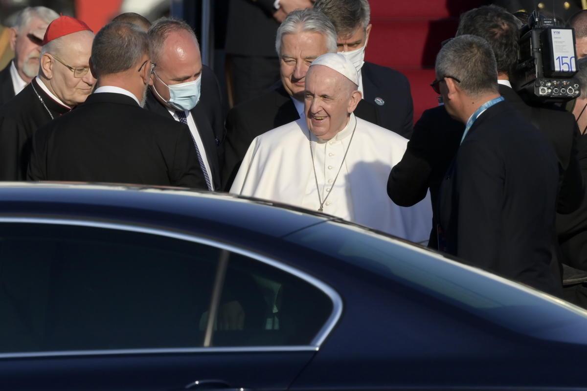 Ferenc pápa megérkezik a Liszt Ferenc-repülőtérre 2021. szeptember 12-én.