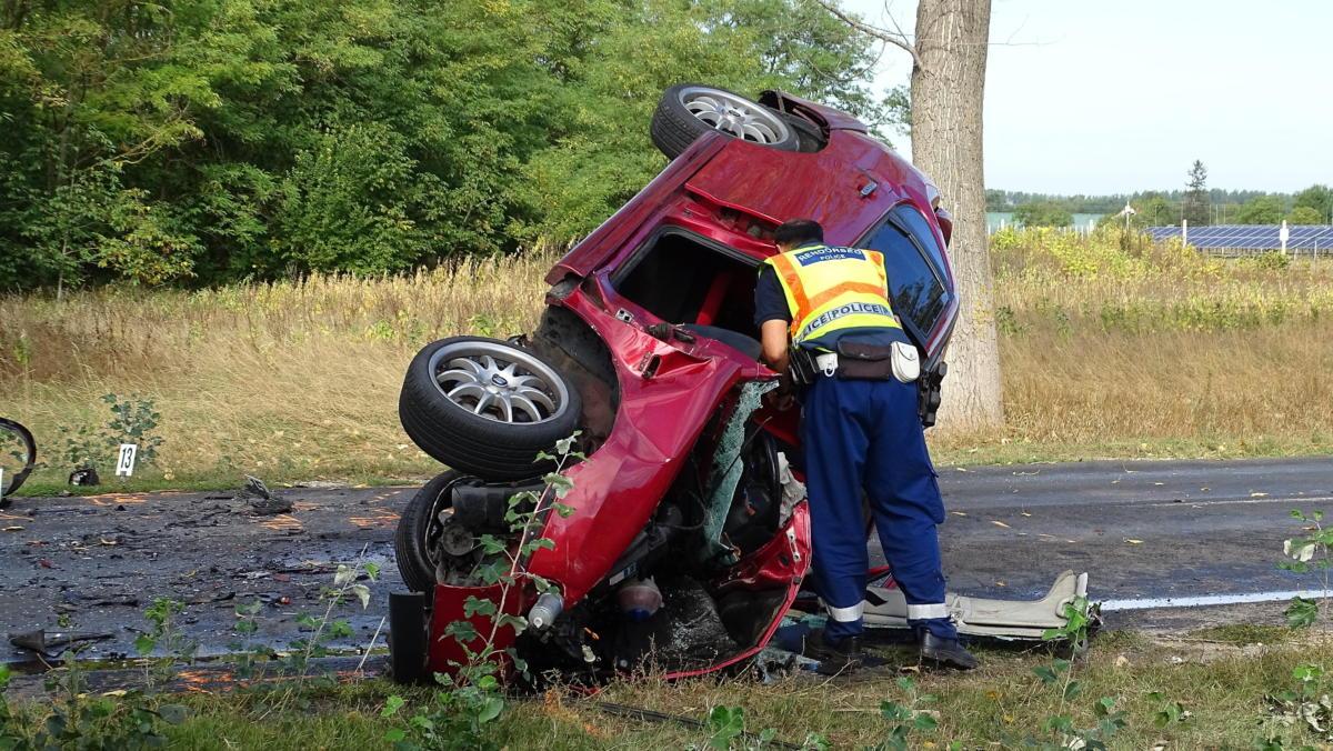 Ütközésben összetört személygépkocsi a 441-es úton, Ceglédnél 2021. szeptember 18-án.