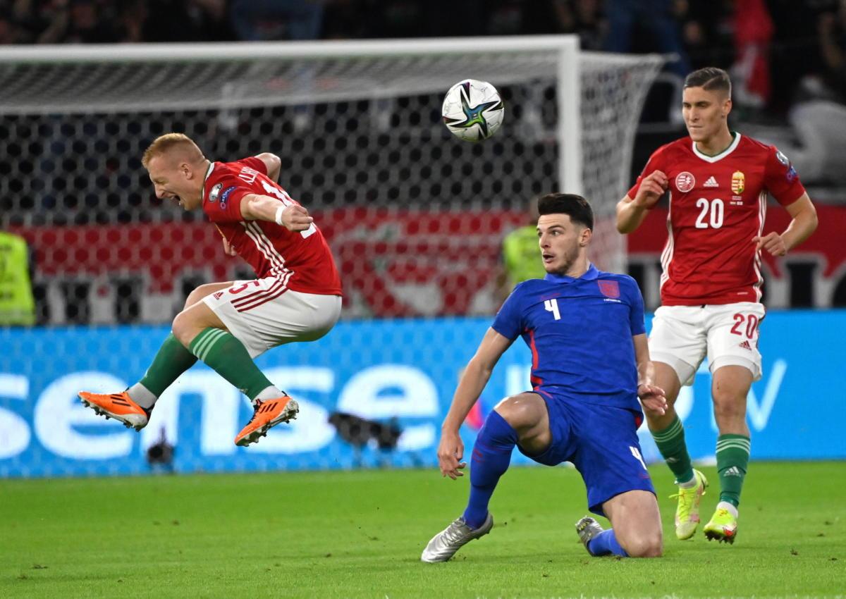 Kleinheisler László, az angol Declan Rice és Sallai Roland (b-j) a labdarúgó világbajnoki selejtezők 4. fordulójában játszott Magyarország - Anglia mérkőzésen a Puskás Arénában 2021. szeptember 2-án.