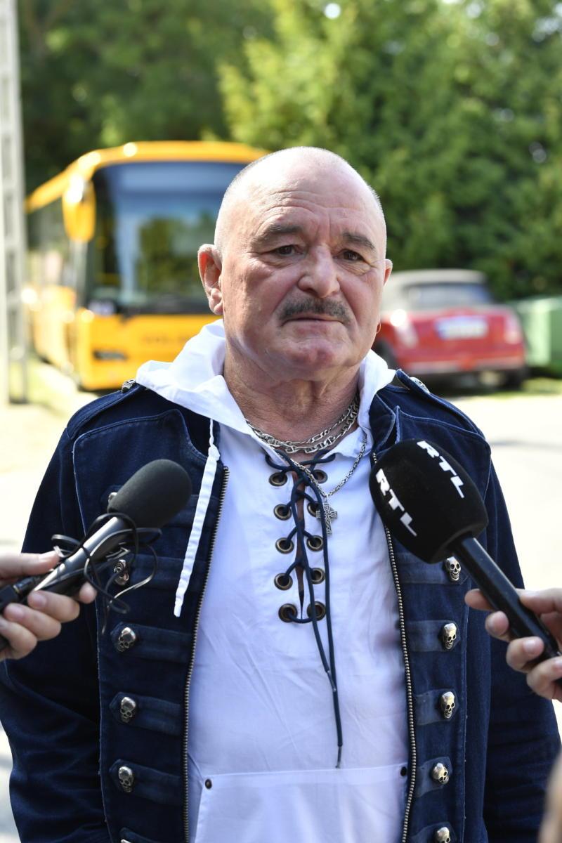 A Polgári Magyarországért Alapítvány rendezvényére, a Polgári Piknikre érkező Nagy Feró Kossuth-díjas énekes, zeneszerző, dalszövegíró nyilatkozik a sajtó munkatársainak a kötcsei Dobozy kúriánál 2021. szeptember 4-én.