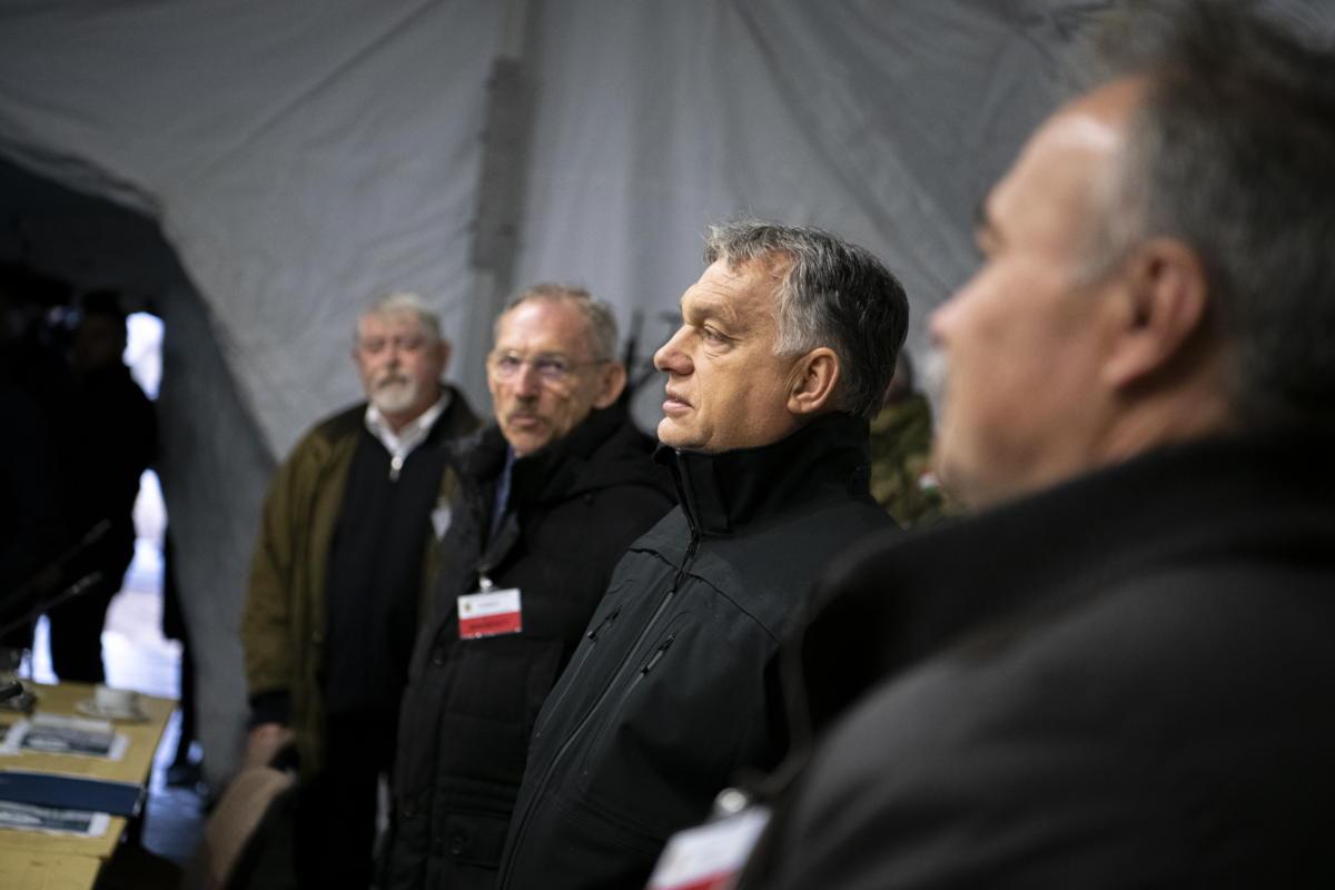 Orbán Viktor miniszterelnök (j2), Nagy István agrárminiszter (j), Pintér Sándor belügyminiszter (b2) és Kásler Miklós, az emberi erőforrások minisztere (b) a kihelyezett kormányülésen a hajmáskéri Központi Gyakorló- és Lőtéren kialakított tábori sátorban 2021. szeptember 30-án.