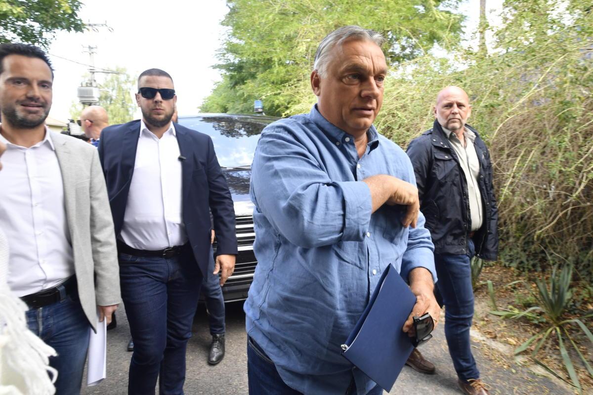 Orbán Viktor miniszterelnök érkezik a Polgári Magyarországért Alapítvány rendezvényére, a Polgári Piknikre a kötcsei Dobozy kúriához 2021. szeptember 4-én. Balra Havasi Bertalan, a Miniszterelnöki Sajtóiroda vezetője.