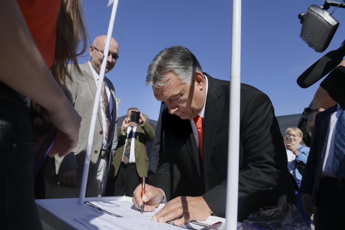 Orbán Viktor miniszterelnök aláírja a Fidesz és a KDNP Stop, Gyurcsány! Stop, Karácsony! petícióját a Tokaj-Hegyalja Egyetem tanévnyitó ünnepsége után Sárospatakon 2021. szeptember 25-én.