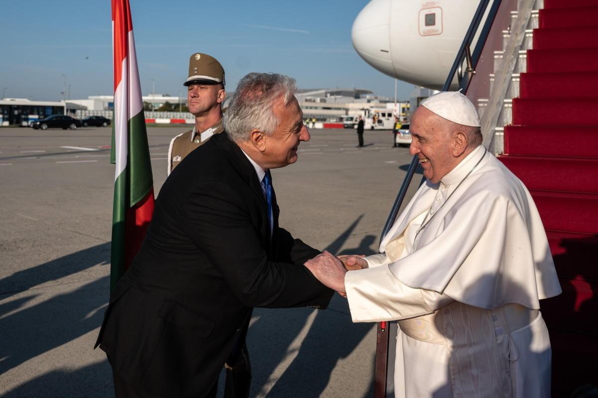 Semjén Zsolt miniszterelnök-helyettes (b) fogadja Ferenc pápát a Liszt Ferenc-repülőtéren 2021. szeptember 12-én.