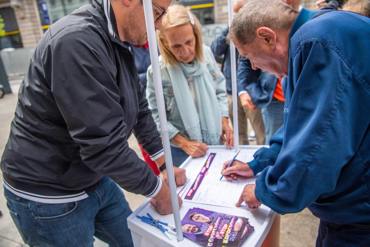 Egy férfi aláírja a Fidesz és a KDNP a Stop, Gyurcsány! Stop, Karácsony! elnevezésű petícióját a belvárosi Ferenciek terén 2021. szeptember 1-jén.