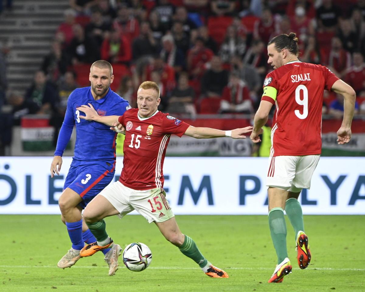 Az angol Luke Shaw, valamint Kleinheisler László és Szalai Ádám (b-j) a labdarúgó világbajnoki selejtezők 4. fordulójában játszott Magyarország - Anglia mérkőzésen a Puskás Arénában 2021. szeptember 2-án.