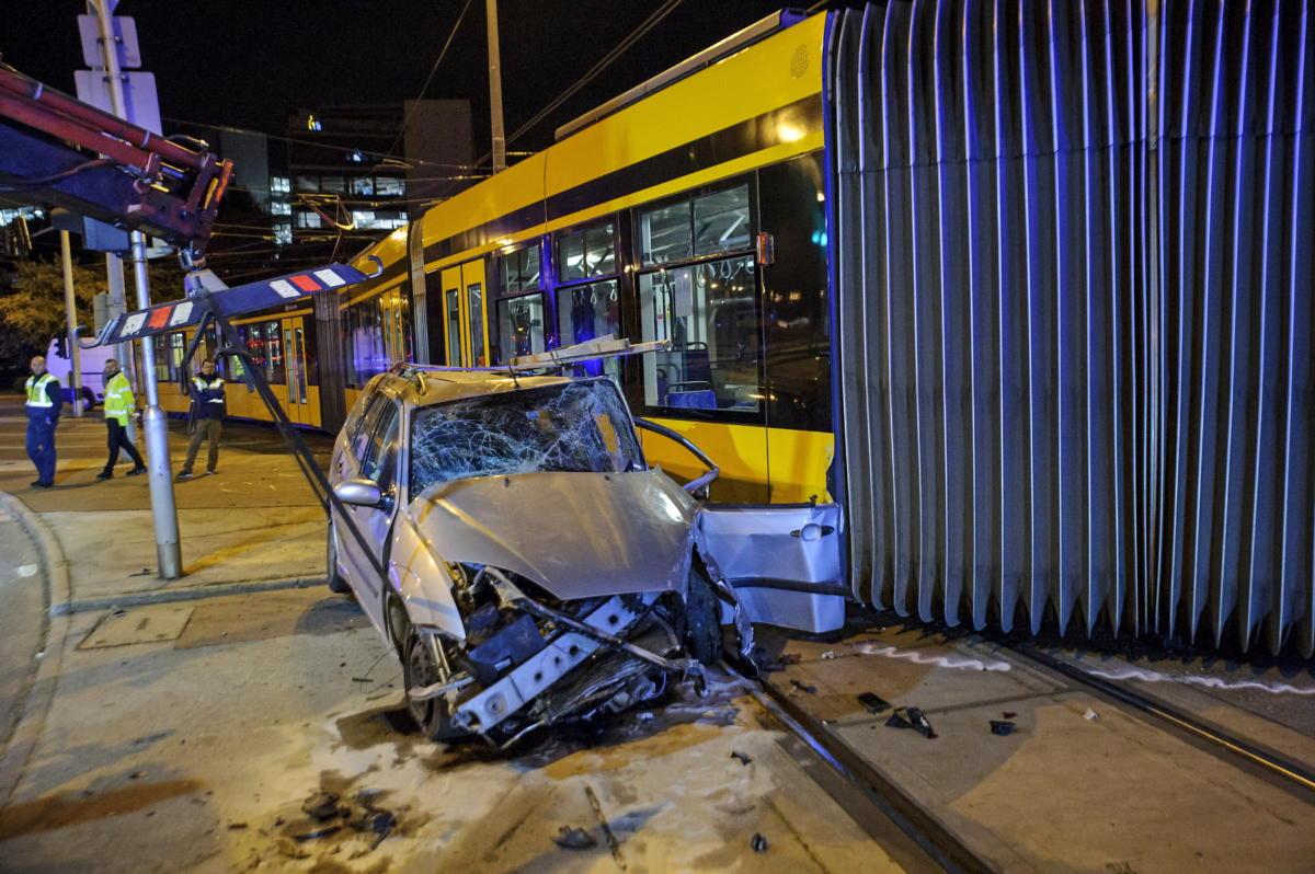 Kisiklott Combino villamos és összeroncsolódott személyautó a XI. kerületben, a Karinthy Frigyes út és az Irinyi József utca kereszteződésében 2021. szeptember 22-re virradóan.