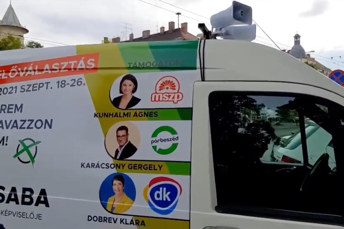 Az MSZP, a Párbeszéd és a DK logóival ellátott hangosbemondó hirdeti Zuglóban 2021. szeptember 24-én, hogy Hadházy Ákos szerintük hazudott.