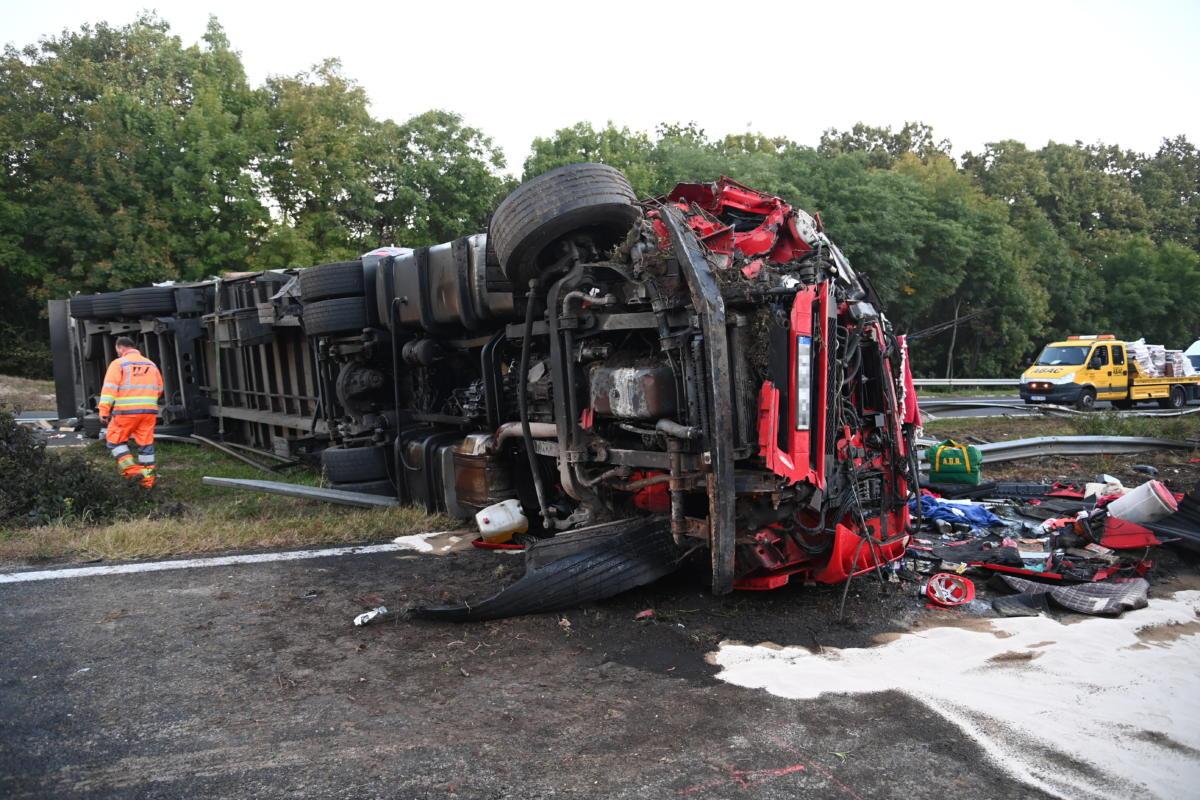 Oldalára borult, összeroncsolódott kamion az M7-es autópályán Martonvásárnál 2021. október 4-én.